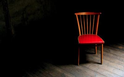 De lege stoelen